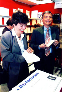 1994 Frankfurter Buchmesse: Die Mitherausgeberin Angelika Volle freut sich über den neu erschienenen Länderbericht Großbritannien