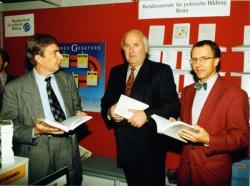 """1993 Frankurter Buchmesse: Das """"Handbuch zur deutschen Einheit"""" wird vorgestellt, mit den Herausgebern Werner Weidenfeld (Mitte) und Karl-Rudolf Korte (rechts)"""