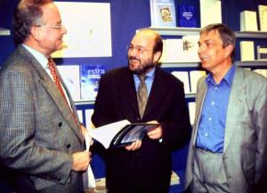 """1997 Frankfurter Buchmesse: MdB Steffen Kampeter (Mitte) und Dirk Hansen betrachten das eben erschienene Werk """"Ein unglaublicher Frühling"""""""