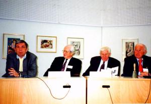 1998 DDR-Forschertagung in der Europäischen Akademie Otzenhausen. Podium mit Wjatscheslaw I. Daschitschew (Mitte links), Jerzy Holzer (Mitte rechts) und Heiner Timmermann (rechts)