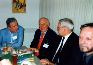 2000 DDR-Forschertagung in Otzenhausen: Rückblick am Abend mit Hermann Schäfer (Direktor Haus der Geschichte der Bundesrepublik, Mitte links), Heiner Timmermann (Akademieleiter, Mitte rechts) und Bernd Lindner (Zeitgeschichtliches Forum Leipzig, rechts)