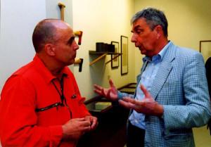 Oktober 2002 Beim Ausstellungsrundgang Gespräch mit dem Künstler Erhard Monden (links)
