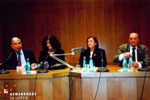 """24. Oktober 2002 Im Leipziger Gewandhaus: Podiumsgespräch """"Vor den Bildern sterben die Wörter"""" mit Nuria Quevedo (Mitte links), Christa Wolf (Mitte rechts) und Günther Uecker (rechts)"""